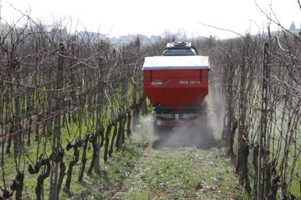 Kuhn_spandiconcime_viticoltura