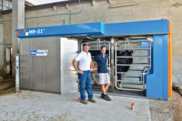Giovanni Baselli e il figlio Luca davanti al robot MR-S1.