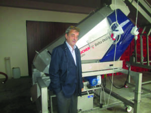 L'enologo Fulvio Prandi accanto alla diraspatrice Delta Oscillys